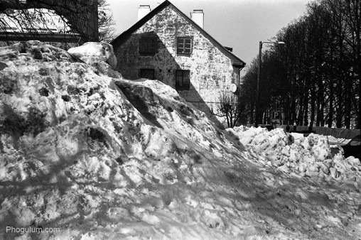 dirty-snow-house-winter-pile